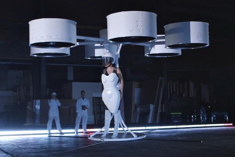 Lady Gaga a prezentat prima rochie zburătoare