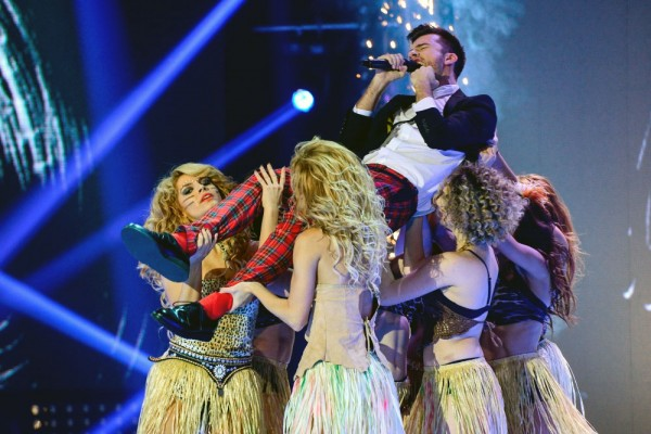 Florin Ristei, favoritul X Factor 2013, purtat pe brațe de dansatoare într-o coregrafie semnată de Furnica
