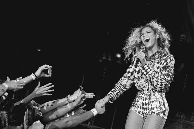 Beyonce cântă