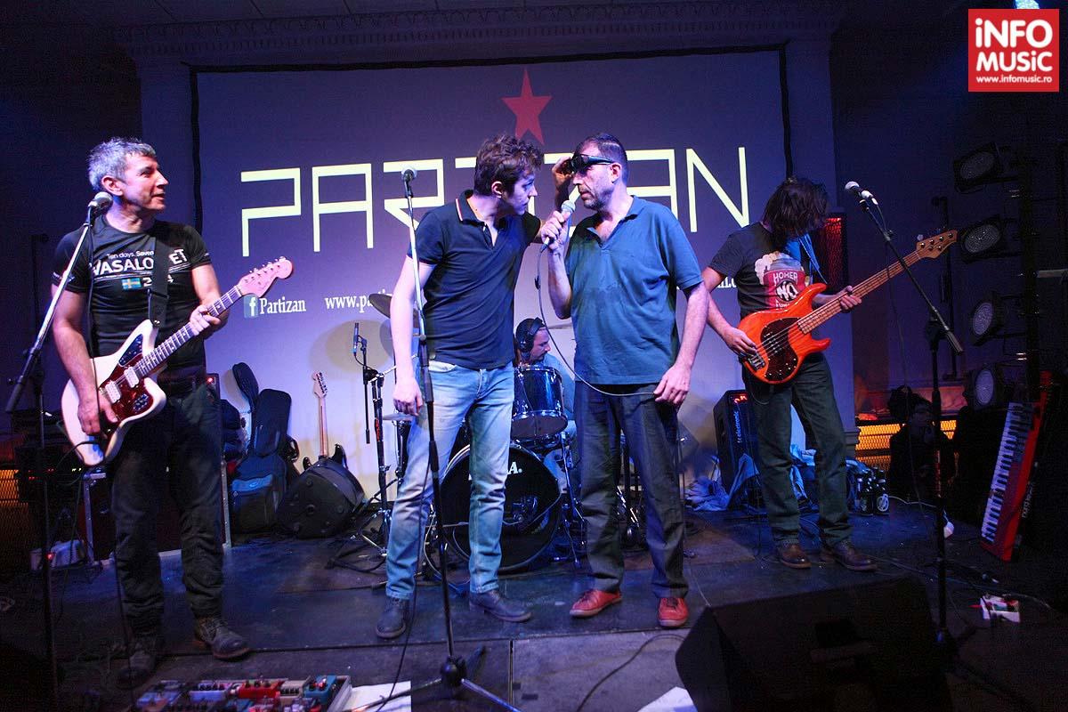 Dan Byron verificând identitatea lui Artan în timpul concertului Partizan