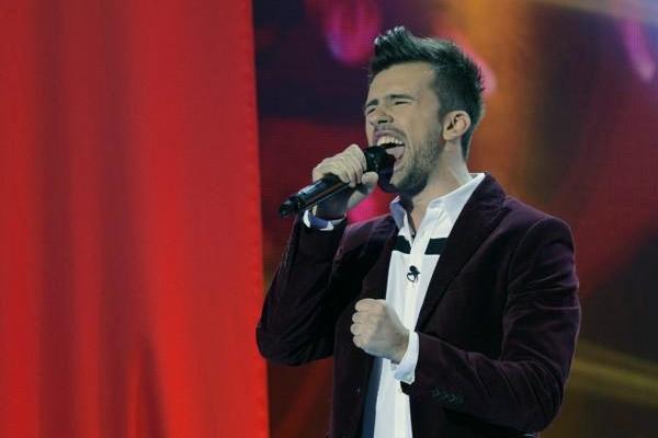 """Florin Ristei cântând """"Bed Of Roses"""" în finala X Factor pe care a câștigat-o pe 22 decembrie 2013"""