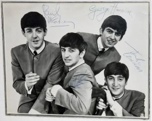 O fotografie foarte rară cu The Beatles realizată de Dezo Hoffmann, semnată de membrii formației în 1963