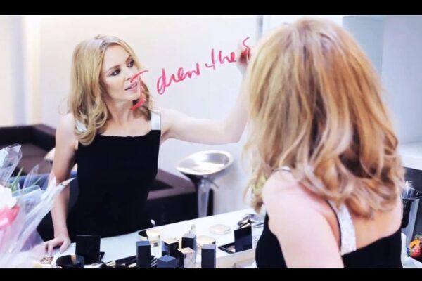 "Secvență lyric video Kylie Minogue - ""Into The Blue"""