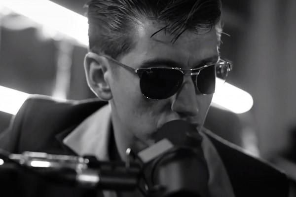 """Secvență clip Arctic Monkeys - """"Do I Wanna Know?"""" Acustic"""