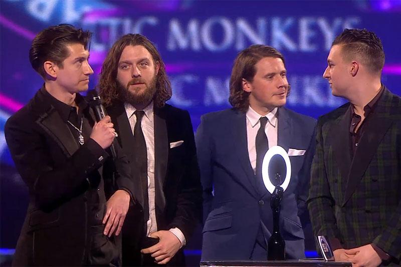 Arctic Monkeys a câștigat 2 premii BRIT AWARDS 2014: cel mai bun album și cel mai bun grup britanic