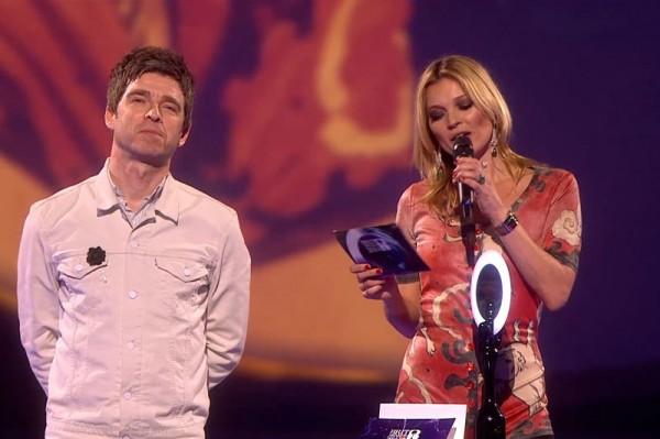 Noel Gallagher și Kate Moss, aduși față în față de premiul câștigat de Davide Bowie al BRIT AWARDS 2014