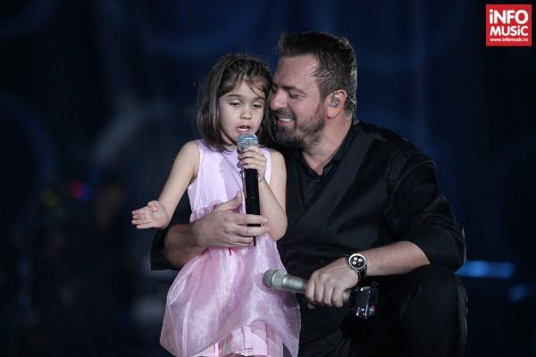 Horia Brenciu interpretând o piesă alături de o fetiță de 5 ani