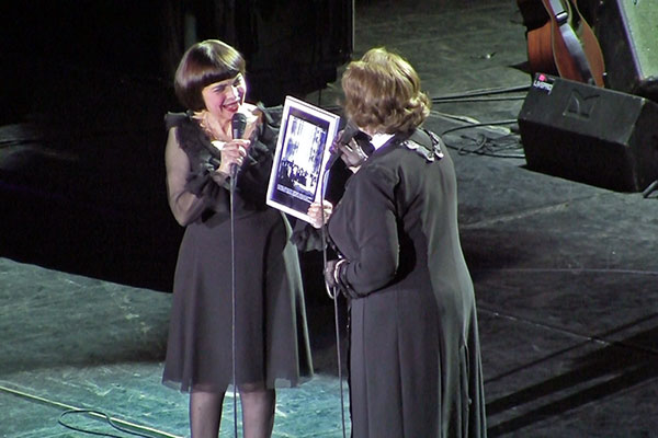 Fotografia oferită de Margareta Pâslaru cântăreței Mireille Mathieu
