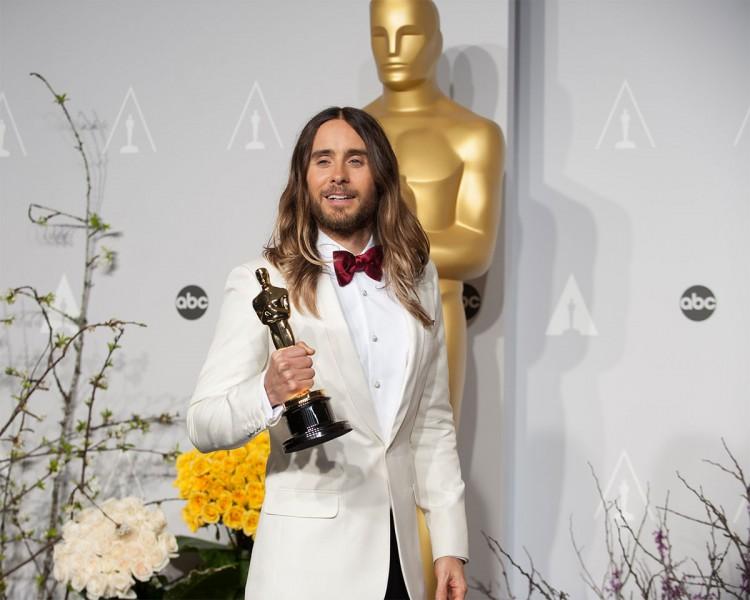 """Jared Leto pozează cu statueta Oscar câștigată cu rolul secundar din """"Dallas Buyers Club"""""""