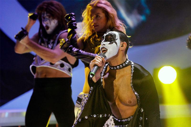 Alex Velea, transformat în Robbie Williams la Te cunosc de undeva
