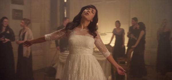 Indila într-o secvență din videoclipul Tourner Dans Le Vide