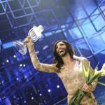 Conchita Wurst primind trofeul Eurovision 2014