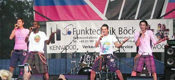 "Thomas ""Tom"" Neuwirth în trupa de băieți Jetzt Anders! în 2007"