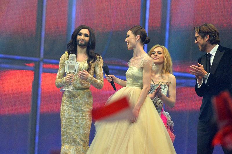 Conchita Wurst pe scena Eurovision la primirea trofeului