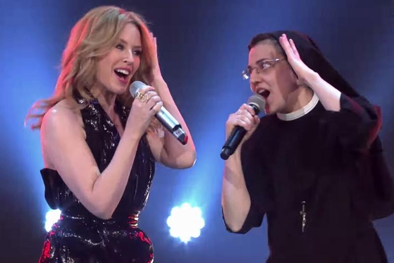 Măicuța de la Vocea Italiei, cântând împreună cu Kylie Minogue