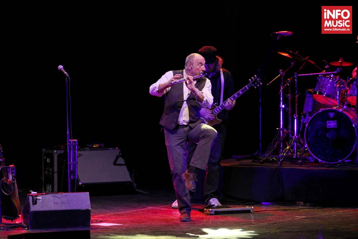 Ian Anderson, cântând la flaut într-un picior cu prilejul concertului Jethro Tull pe 20 iunie 2014