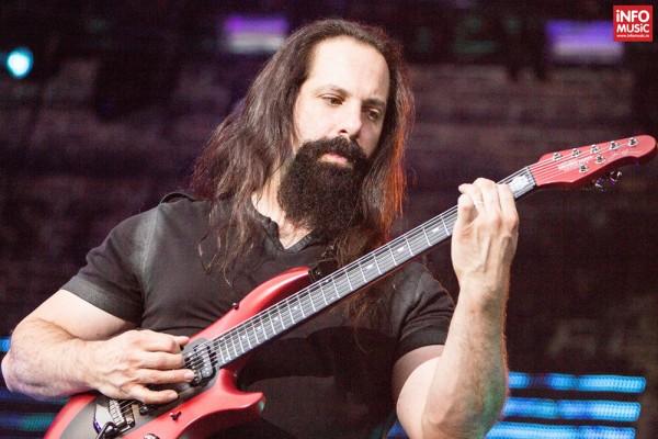 Chitaristul John Petrucci în concertul Dream Theater de la Romexpo București pe 28 iulie 2014