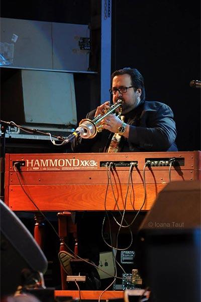 Joey de Francesco şi orga sa Hammond la Festivalul de Jazz de la Gărâna (2014)