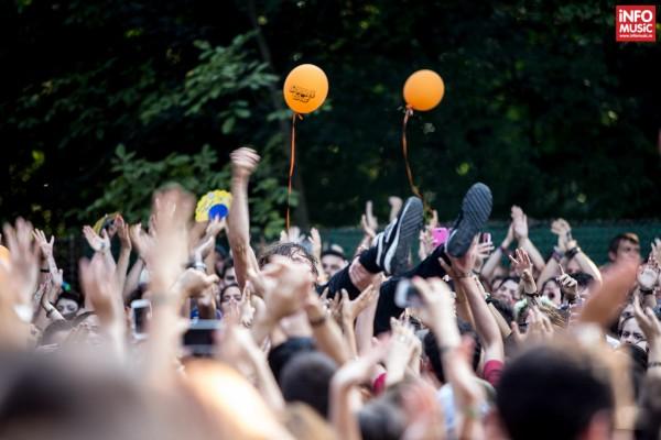 Solistul Mads Damsgaard Kristiansen (Reptile Youth) purtat de mulțime la Summer Well 2014