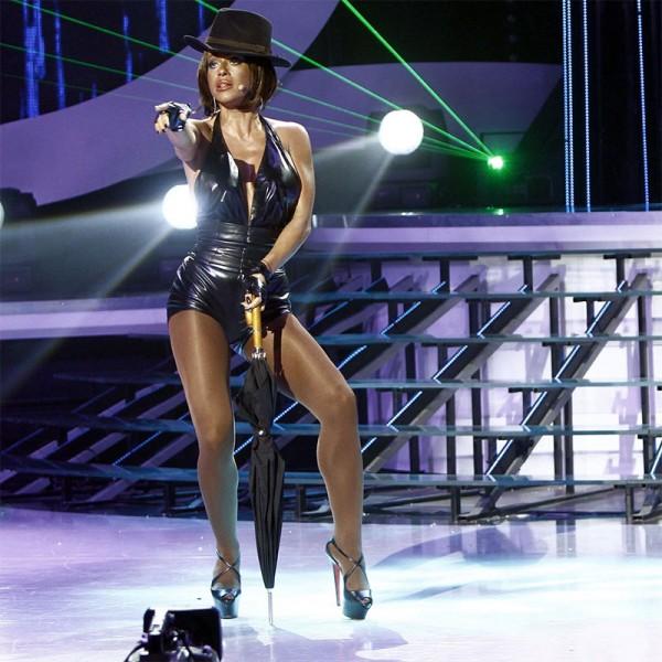 """Anda Adam a fost Rihanna, accesorizată sexy cu """"Umbrella"""""""