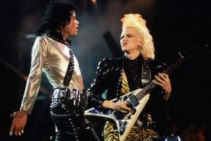 Chitarista Jennifer Batten alături de Michael Jackson