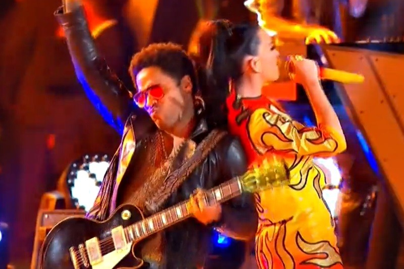Katy Perry și Lenny Kravitz, live la Super Bowl 2015