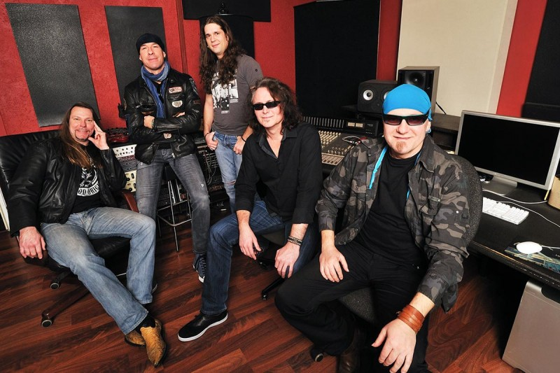 Formația Rezident EX în 2015 (de la stânga la dreapta: Matthias Lange, Mark Cross, Sebastian Simonis, Christian Podratsky și Tavi Iepan)