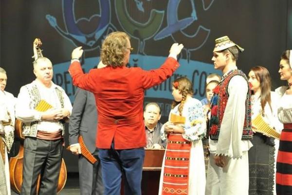 Andre Rieu dirijând un grup folcloric la Opera Comică pentru Copii