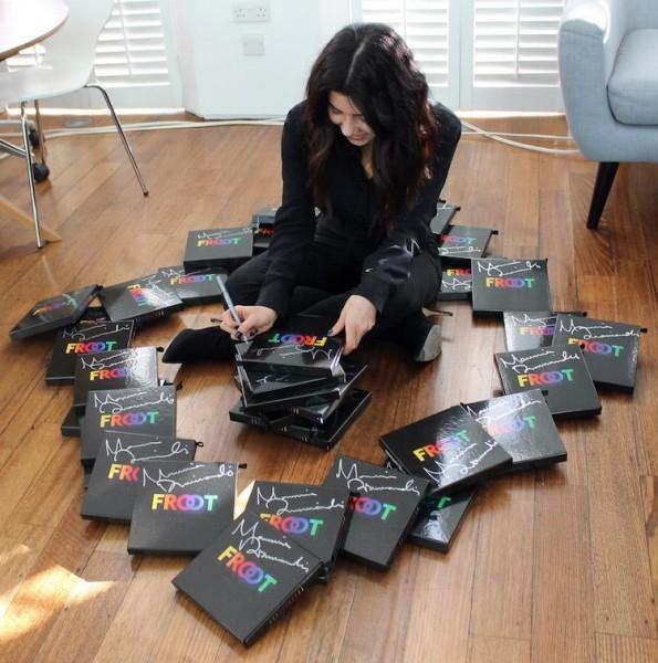 MARINA AND THE DIAMONDS semnează autografe pe noul disc FROOT