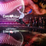 Måns Zelmerlöw bucurându-se la primirea trofeului Eurovision 2015