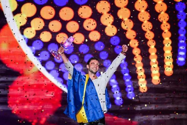 Måns Zelmerlöw ridicând trofeul Eurovision 2015 pentru Suedia