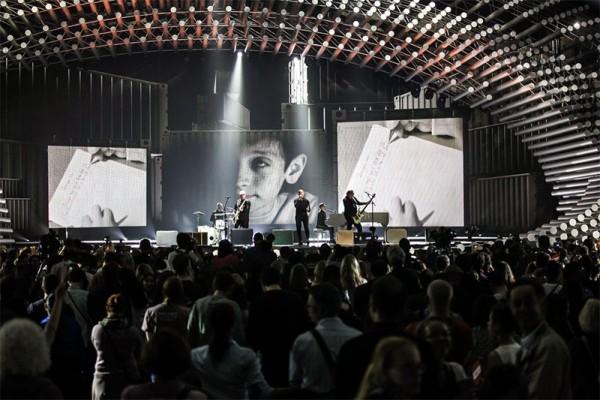 Voltaj interpretând piesa De La Capăt în finala Eurovision 2015 de la Viena