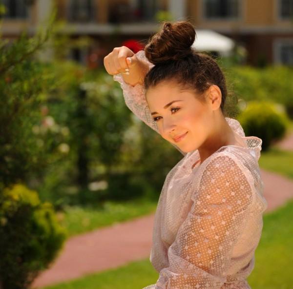 Nicole Cherry în videoclipul piesei Rezervat