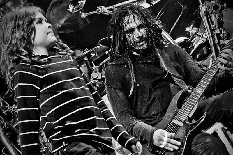 Munky (Korn) pe scenă cu unul dintre tinerii săi fani (2014)