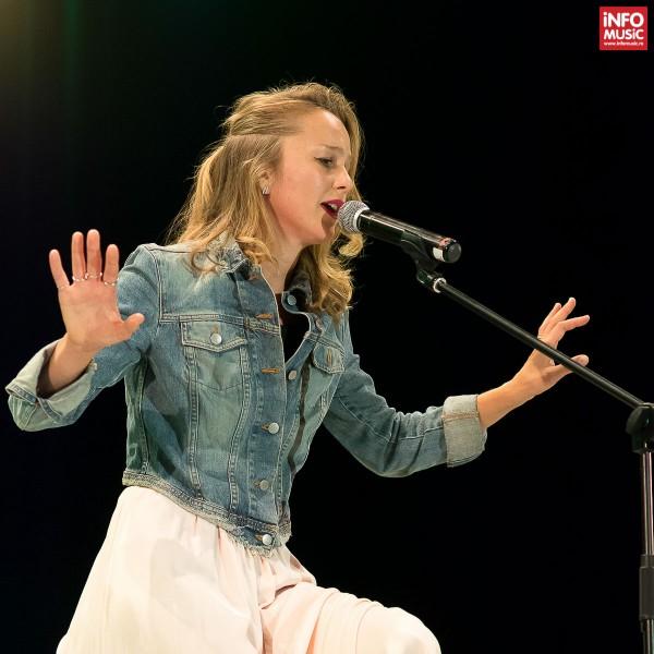 Esther Niko în deschiderea concertului  Beth Hart la Sala Palatului din București pe 21 iulie 2015