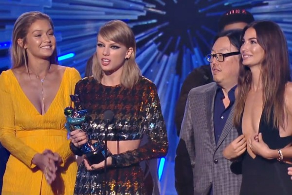 "Taylor Swift primește trofeul ""Video of The Year"""