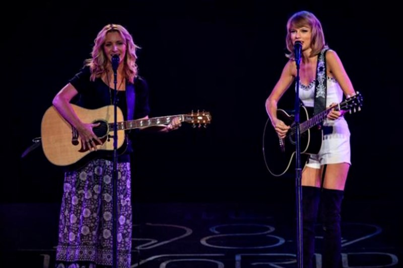 "Lisa Kudrow și Taylor Swift cântă ""Smelly Cat"""