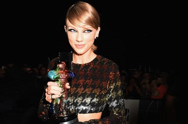 MTV Video Music Awards 2015 - Covorul roșurpet