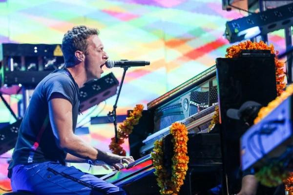 "Coldplay cântând live ""Amazing Day"""