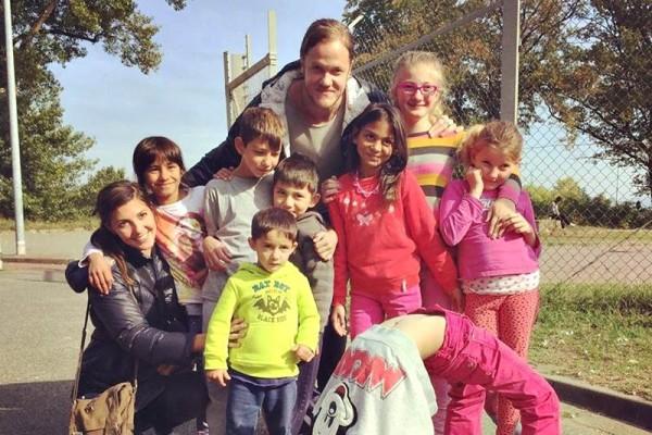 Solistul Imagine Dragons, Dan Reynolds, în campusul pentru refugiați din Germania