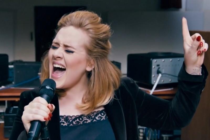 """Adele interpretând în premieră piesa """"When We Were Young"""""""