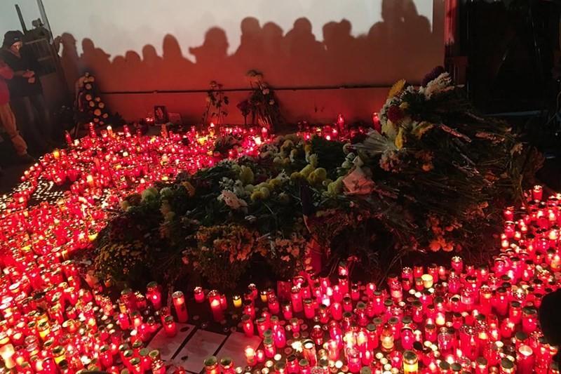 Lumânări aprinse pentru victimele din Colectiv