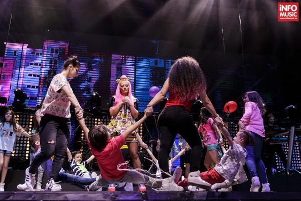"""Delia înconjurată de 18 copii de la scoala de dans 'The Brothers Family' a lui Piticu de la Simplu, în interpretarea piesei """"Cine m-a facut om mare"""""""