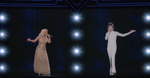Christina Aguilera si holograma lui Whitney Houston