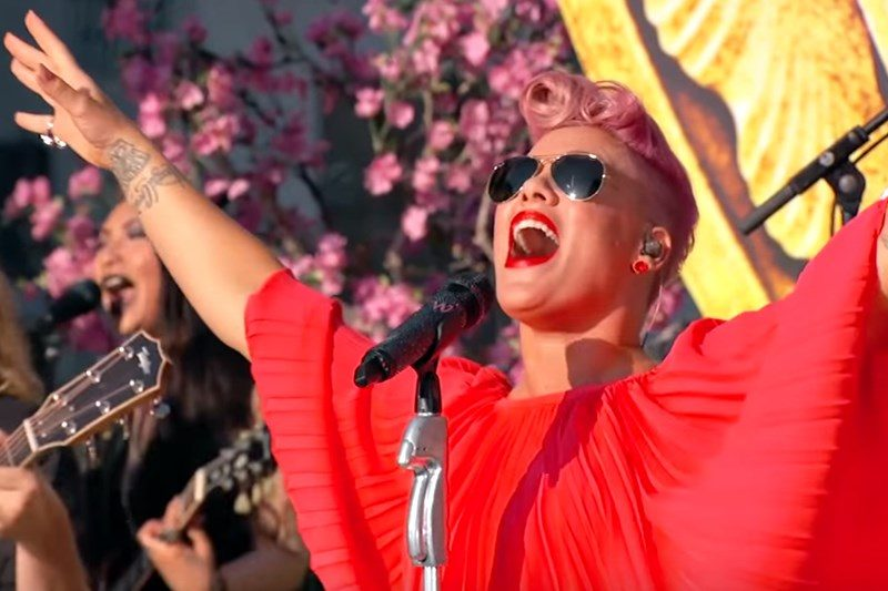 "Pink cântând ""Just Like Fire"" live la Jimmy Kimmel"
