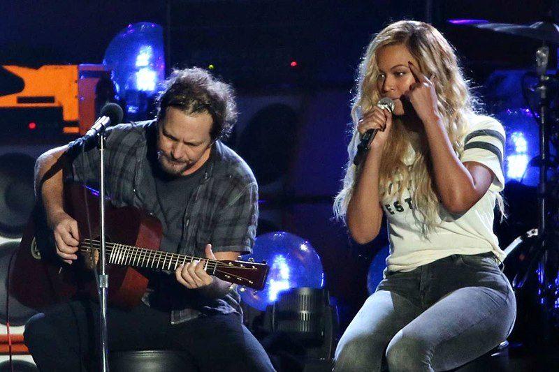 """Eddie Vedder și Beyonce cântând live """"Redemption Song"""""""