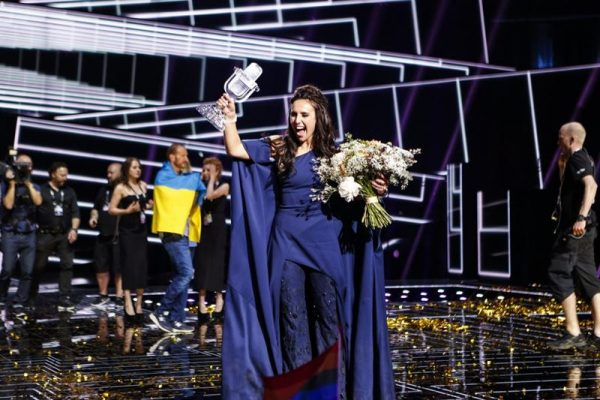Jamala cu trofeul Eurovision 2016