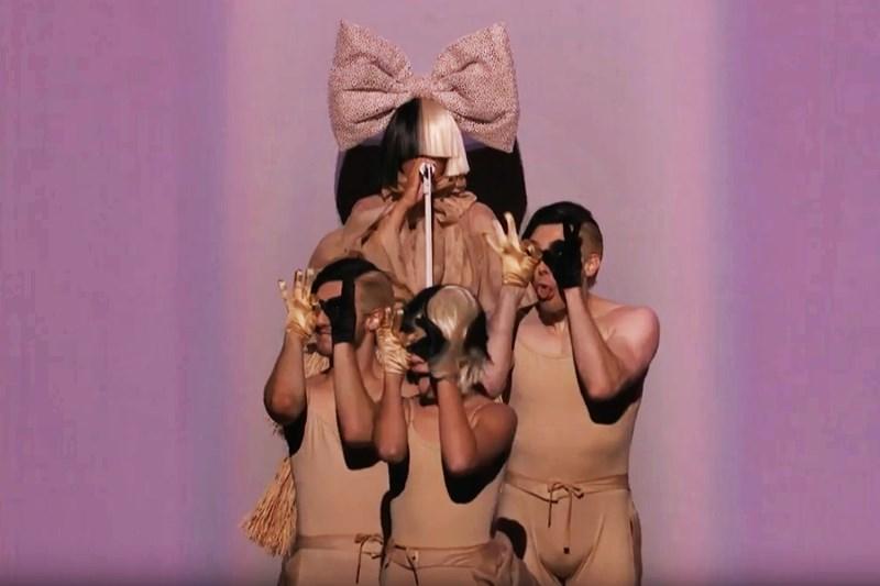 """Sia - """"Cheap Thrills"""", live la The Voice US"""