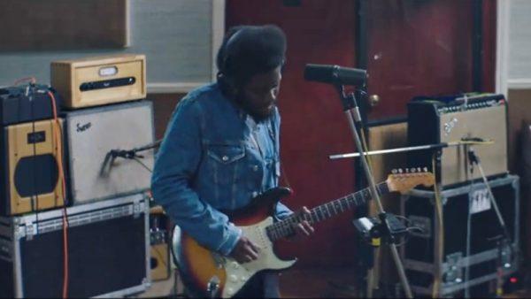"""Michael Kiwanuka cântând live """"The Final Frame"""""""
