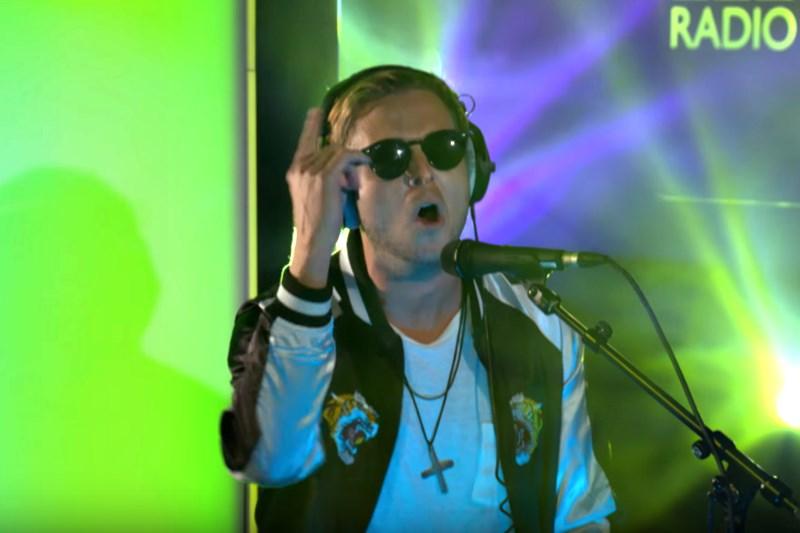 Solistul OneRepublic interpretând un cover după Adele